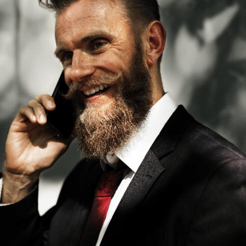 Smilende mann snakker om rekruttering med positiv kompetanse